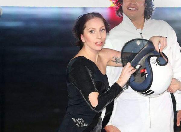 Lady Gaga bu kez sadeliğiyle şaşırttı