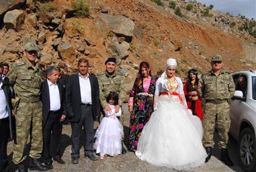 Dağlıcada komutanlar düğün konvoyunun önünü kesti