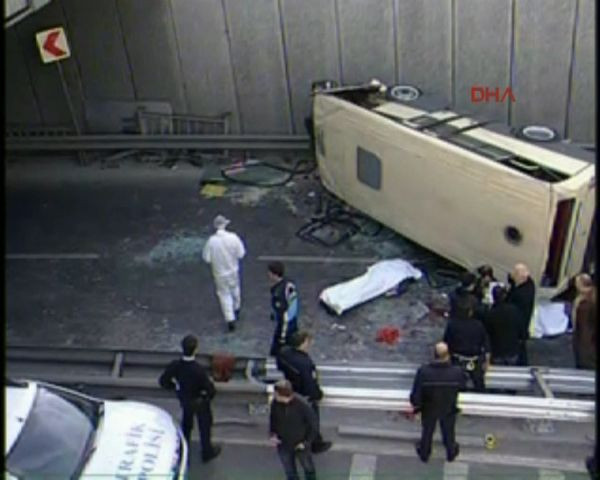 İstanbulda minibüs köprüden uçtu!