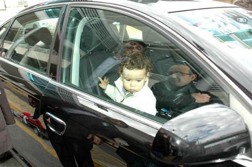 Minik Mete arabada mahsur kaldı