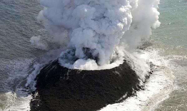 Volkanik patlama sonucu yeni ada oluştu