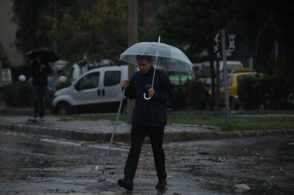İzmirde caddeler suyla doldu