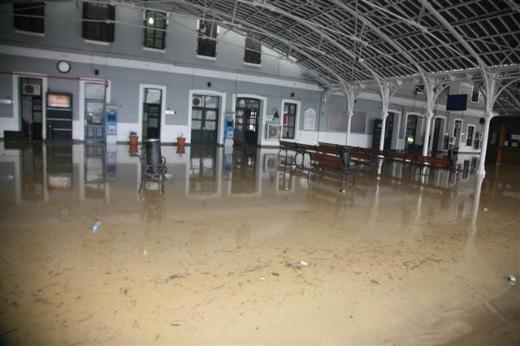 İzmirde yağmur ulaşımı durdurdu