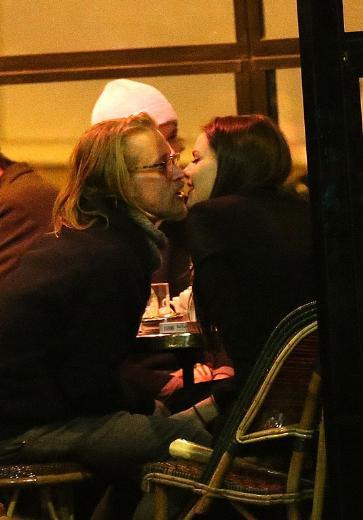Bu öpücükten gözlerini alamadı