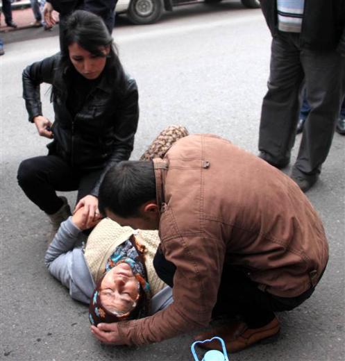 Çarptığı kadının elini tutup başında bekledi
