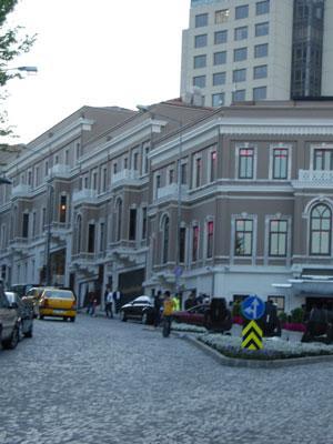 Burası Hollywood değil İstanbul, Beşiktaş!