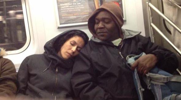 Tanımadığınız birinin omzunda uyumak