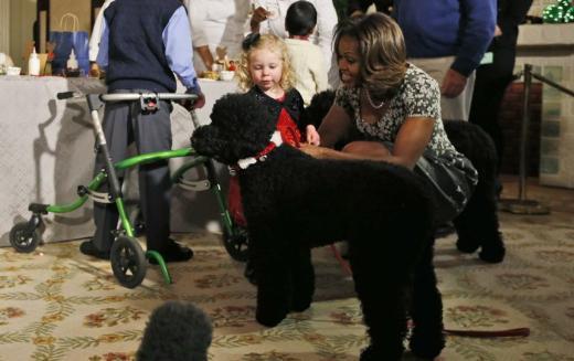 Michelle Obama'nın köpeği küçük kızı yere düşürdü