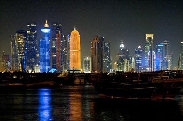 Karanlığın çökmesiyle renklenen kent
