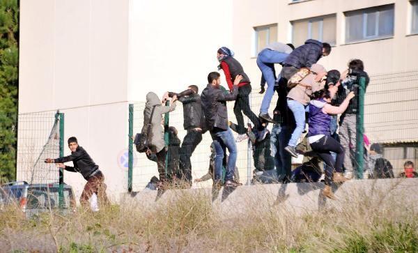 Üniversitede polisle çatıştılar