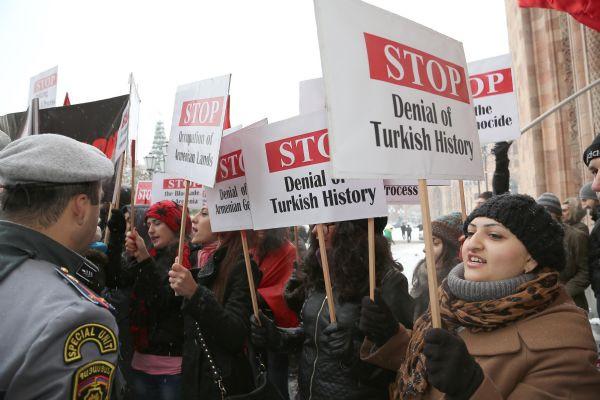 Davutoğluna Erivanda protesto