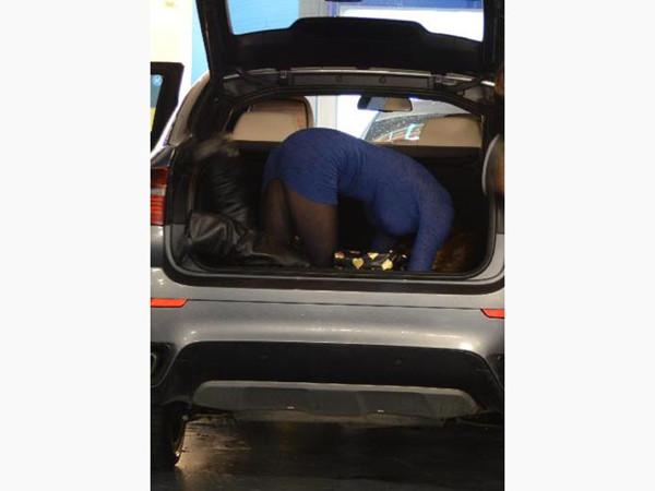 Telefonunu arabasının bagajına düşürünce...