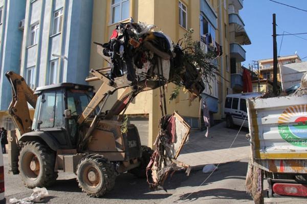 Bu evden 10 kamyon çöp çıktı