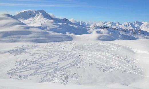 Karda yürüyüp iziyle sanat yapıyor
