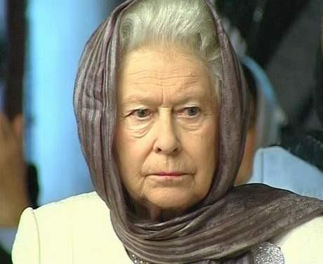 Kraliçe camide başörtülü