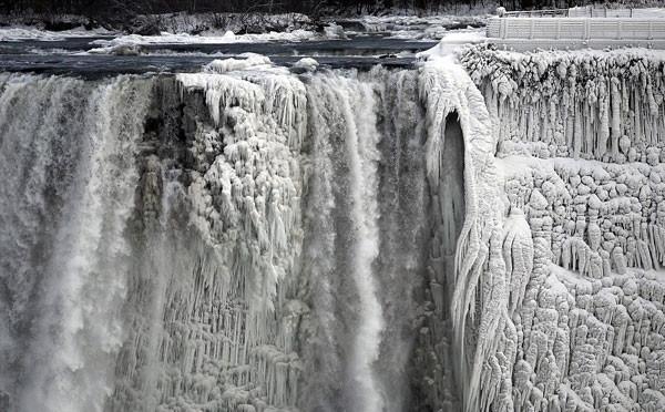 Niagara Şelalesi bile dondu! 103 yıl sonra oldu