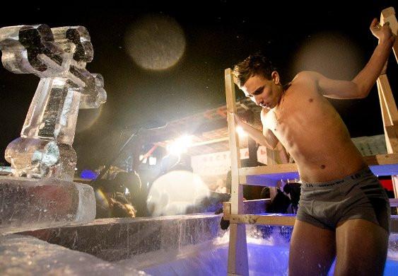 Eksi 25 derecede, buzlu suya girdiler
