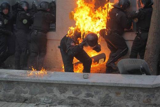 Ukrayna polisi alevler içinde