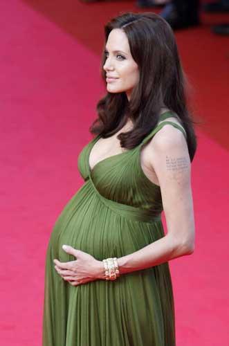 Angelina Jolieden göbek şov