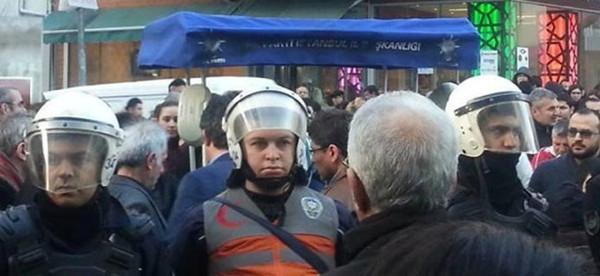 AKP seçim standına polis koruması!