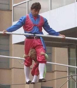 5 yaşındaki kızını ölümle dans ettiriyor