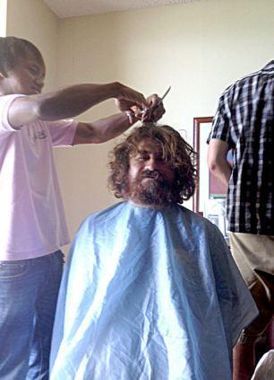 Medeniyete döndü, saçlarını kestirdi