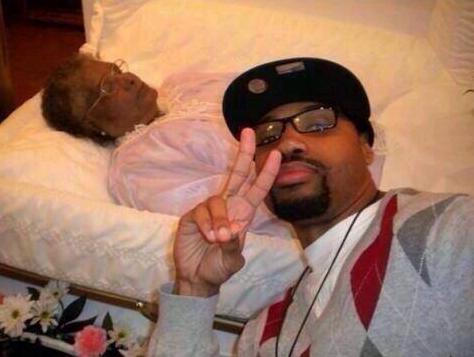 Cesetle selfie çektirmek
