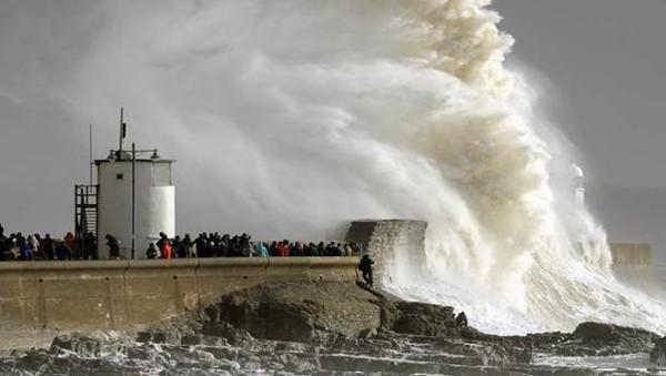 İngiltere sel ve fırtınaya teslim