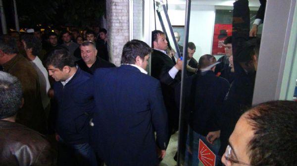 Partililer CHP il binasını işgal etti