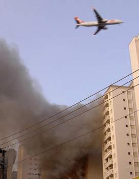 Uçak binaya böyle çarptı !