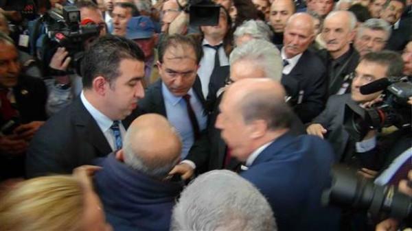 Kılıçdaroğlunun konuşmasını kesen partili salondan çıkarıldı