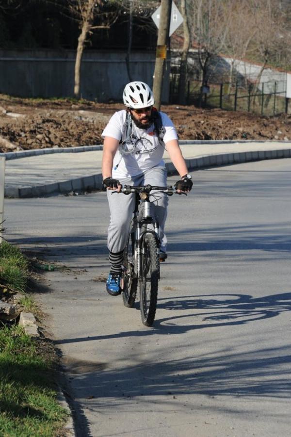 Attan indi bisiklete bindi