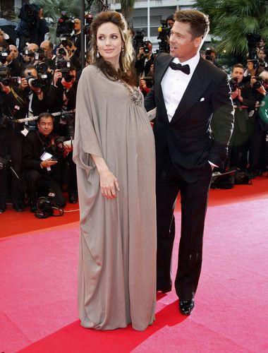 Angelina Jolienin karnı burnunda!