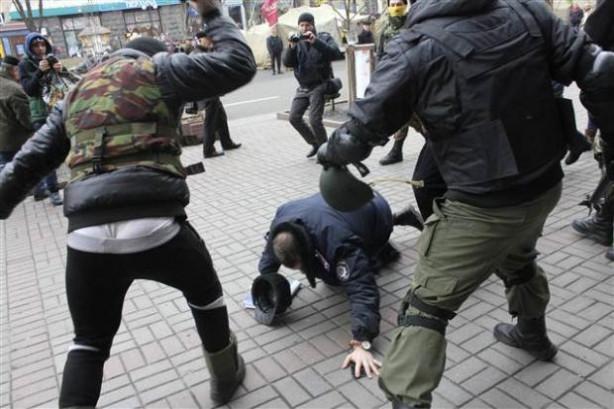 Ukrayna'da polise meydan dayağı