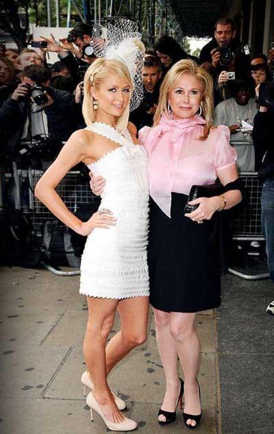 Ve karşınızda Paris Hiltonun annesi Kathy Hilton...