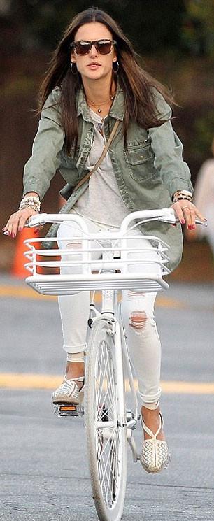 Ünlü model bisiklet turundayken yakalandı!