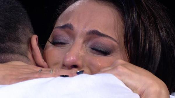 Gözyaşlarını tutamadı
