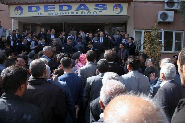Köylüler DEDAŞ binasına saldırdı