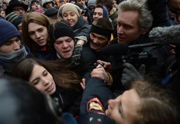 Pussy Riot üyeleri aynı günde iki kez gözaltına alındılar