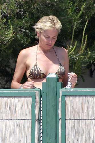 Sharon Stonedan bikini şov