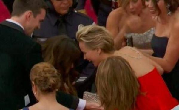 Jennifer Lawrence bir kez daha Oscar töreninde düştü