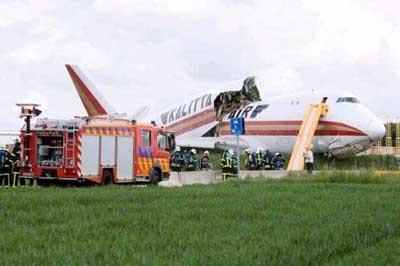 Uçak ortadan ikiye ayrıldı