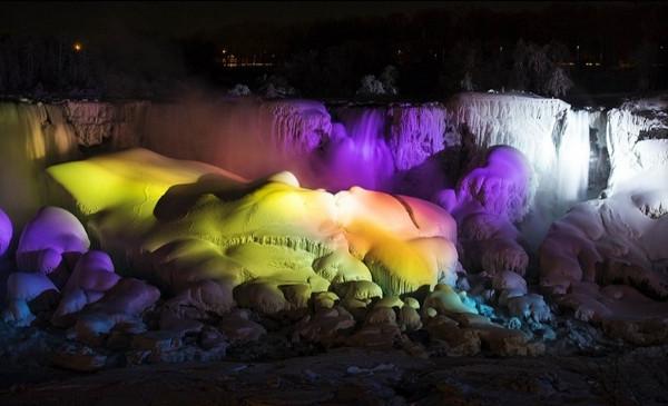 Niagara Şelalesi yeniden buz tuttu