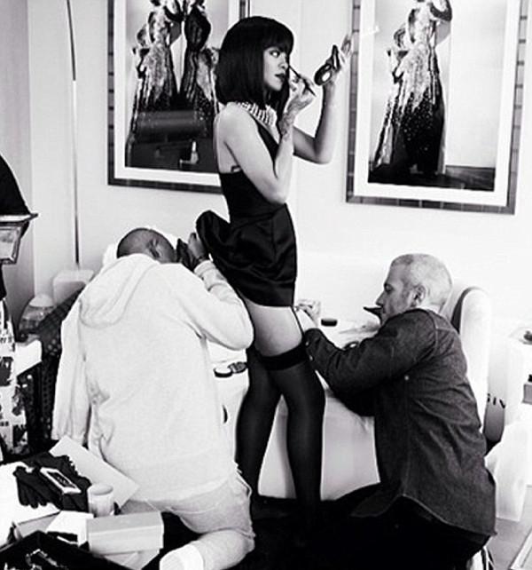 Rihanna sahneye hazırlanırken...