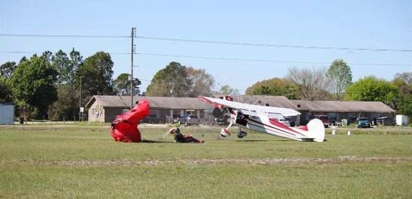 Paraşütle atladı uçakla çarpıştı