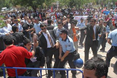 Polis ile AKPliler arasında arbede yaşandı