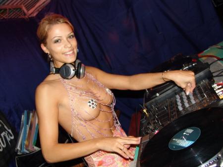 Üstsüz DJ izdihamı
