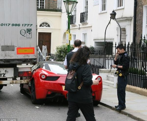Ferrari'yi sokağa park edince...