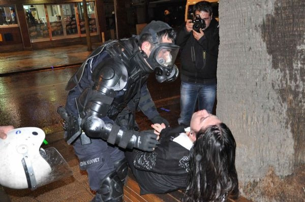 Üniversitelilerin yürüyüşüne polis müdahalesi