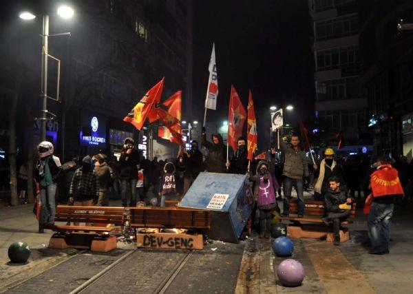 AK Parti binasına yürümek isteyen gruba müdahale!